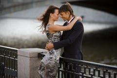 L'uomo abbraccia la sua donna amorosa Fotografia Stock Libera da Diritti