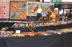 L'uomo aborigeno sta vendendo l'arte aborigena al mercato della regina Victoria a Melbourne Immagine Stock Libera da Diritti