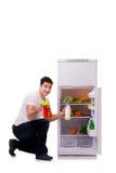 L'uomo accanto al frigorifero in pieno di alimento Fotografie Stock