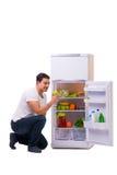 L'uomo accanto al frigorifero in pieno di alimento Fotografia Stock Libera da Diritti