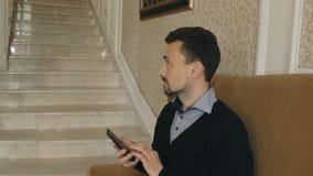 L'uomo accende la luce tramite lo smartphone stock footage