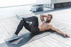 L'uomo adatto di forma fisica che fa la forma fisica si esercita all'aperto alla città Fotografia Stock Libera da Diritti