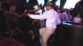 L'uomo adulto in cappello e la donna adulta ballano sul partito in night-club Retro ballo intrattenimento stock footage