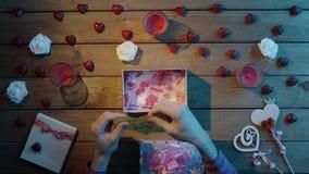 L'uomo adulto ottiene il cuore del biglietto di S. Valentino della carta fatta a mano come presente di giorno di S. Valentino, vi archivi video