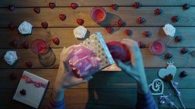 L'uomo adulto ottiene il cuore umano di plastica come presente terrificante di festa, vista superiore video d archivio