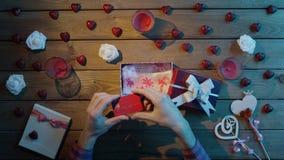 L'uomo adulto ottiene la carta di credito come giorno di S. Valentino presente in contenitore di regalo, vista superiore stock footage
