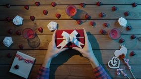 L'uomo adulto ottiene la festa presente in contenitore di regalo, vista superiore video d archivio