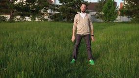 L'uomo adulto in sport che il vestito fa sedere-UPS, la persona impasta prima di correre stock footage