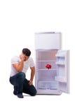 L'uomo affamato che cerca soldi per riempire il frigorifero Fotografie Stock