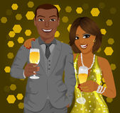 L'uomo afroamericano di affari e la donna elegante celebrano con i vetri di vino in loro mani Fotografia Stock Libera da Diritti