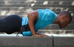 L'uomo afroamericano l'allenamento di addestramento che di sport spinge aumenta fuori Fotografia Stock Libera da Diritti