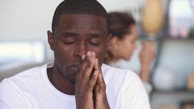 L'uomo afroamericano premuroso triste si è rovesciato dopo la lotta con l'amica archivi video