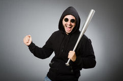 L'uomo aggressivo con il pipistrello basebal immagini stock libere da diritti