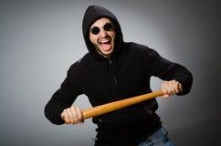 L'uomo aggressivo con il pipistrello basebal immagine stock