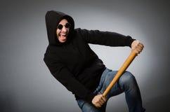 L'uomo aggressivo con il pipistrello basebal fotografie stock