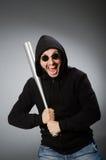 L'uomo aggressivo con il pipistrello basebal fotografia stock