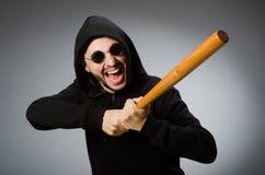 L'uomo aggressivo con il pipistrello basebal immagini stock