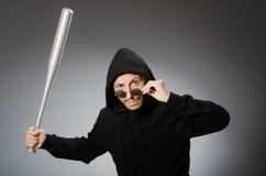 L'uomo aggressivo con il pipistrello basebal fotografie stock libere da diritti