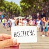 L'uomo al Las Ramblas mostra un'insegna con la parola Barcellona Immagini Stock Libere da Diritti