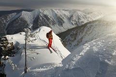L'uomo alla cima della montagna ad alba Fotografia Stock Libera da Diritti
