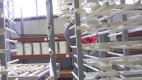 L'uomo alla mobilia della fabbrica ha dipinto la lavorazione del legno di legno video d archivio
