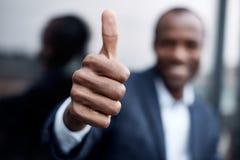 L'uomo allegro gesturing con il sorriso fotografie stock libere da diritti