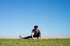 L'uomo allunga la gamba nella terra Fotografia Stock Libera da Diritti