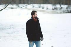 L'uomo alto alla moda guarda in avanti Fotografie Stock Libere da Diritti