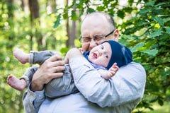 L'uomo ama suo figlio, relazione emozionale Immagine Stock