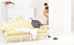 L'uomo, amante nell'interno bianco ha preso nudo Esposizione del concetto degli amanti Pantaloni a vita bassa nudi sul fronte col Fotografie Stock