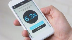 L'uomo annulla l'ordine del taxi a causa dei tassi alti facendo uso dell'applicazione dello smartphone stock footage