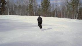 L'uomo anziano alla pista di pattinaggio stock footage