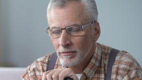 L'uomo anziano bello in camicia di plaid sospira, memorie felici, nipoti mancanti video d archivio