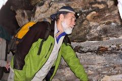 L'uomo anziano cammina in una caverna Fotografie Stock Libere da Diritti