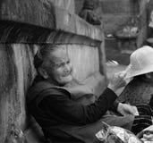 L'uomo anziano che fissa nella distanza Fotografie Stock Libere da Diritti