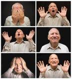 L'uomo anziano con le emozioni su un fondo scuro Fotografia Stock