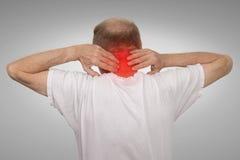 L'uomo anziano con rosso commovente di dolore di spasmo del collo ha infiammato l'area fotografia stock