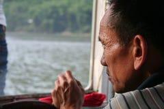L'uomo anziano ed il fiume fotografia stock