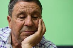 L'uomo anziano ha perso nel pensiero immagini stock libere da diritti
