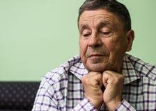 L'uomo anziano ha perso nel pensiero fotografie stock libere da diritti