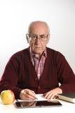 L'uomo anziano lavora con i documenti Fotografia Stock
