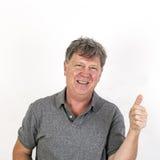 L'uomo anziano mostra i pollici su Immagine Stock
