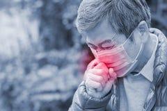 L'uomo anziano ottiene il raffreddore da fieno Fotografia Stock