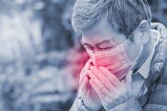 L'uomo anziano ottiene il raffreddore da fieno Immagini Stock Libere da Diritti