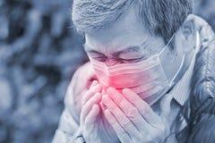 L'uomo anziano ottiene il raffreddore da fieno Immagini Stock