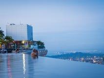 L'uomo anziano prende la foto da Marina Bay Sands Infinity Pool Immagine Stock Libera da Diritti