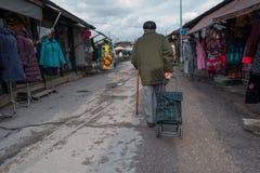 L'uomo anziano sconosciuto ha tirato la borsa sulle ruote Immagini Stock Libere da Diritti