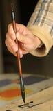 L'uomo anziano si esercita nella calligrafia Fotografia Stock Libera da Diritti