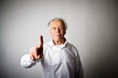 L'uomo anziano sta spingendo il bottone virtuale Fotografia Stock Libera da Diritti