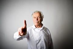 L'uomo anziano sta spingendo il bottone virtuale Immagini Stock Libere da Diritti